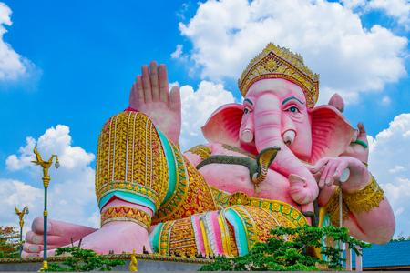 Een godheid van Ganesha, de hindoegod van geluk, boven een tempeldeur in Rajasthan Stockfoto