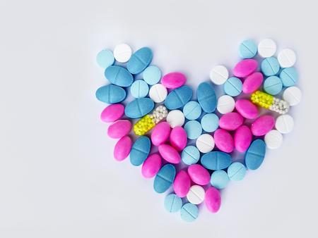 흰색 배경에 흩어져 캡슐의 더미입니다. 격리 캡슐 흰색 캡슐 약국 병 알약 약물 concep 스톡 콘텐츠
