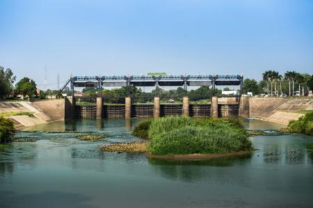 Schleusentor Der Damm am Fluss in Thailand