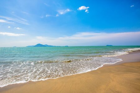 Schiuma dell'onda del mare sulla spiaggia di Karon Phuket Thailandia. Paradiso esotico della spiaggia della Thailandia in Asia. Onde oceaniche pacifiche in spiaggia. Resort perfetto per rilassarsi. Onda dell'oceano. Onde del mare sulla spiaggia. Spiaggia