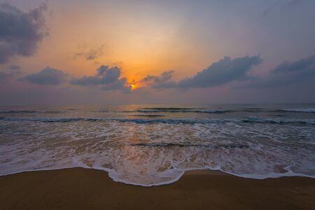 Coucher de soleil. Magnifique coucher de soleil sur la mer Baltique. Peinture mer coucher de soleil. La mer au coucher du soleil. Incroyable coucher de soleil sur la mer. Vagues de la mer au coucher du soleil. Coucher de soleil d'été. Beau paysage marin soir coucher de soleil mer et ciel horizon