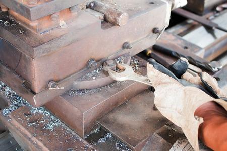 tighten: Wrench tighten the nut on use