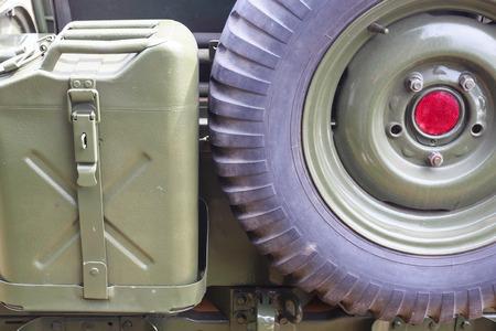 tanque de combustible: dep�sito de combustible y la rueda de coche viejo Foto de archivo