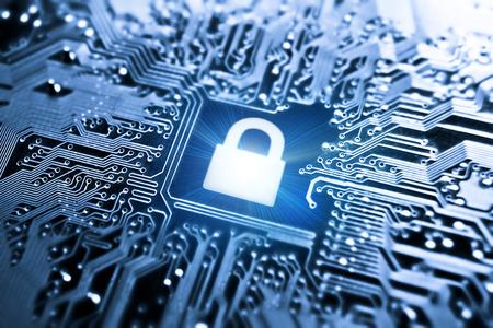 tecnología informatica: símbolo gráfico de una cerradura en un tablero de circuito de computadora - sistema de seguridad informática