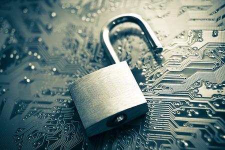 schutz: offene Sicherheitsschloss auf Computer-Platine - Computer-Sicherheitskonzept