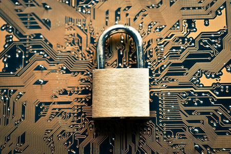 virus informatico: cerradura de seguridad en la tarjeta de circuitos de ordenador - concepto de seguridad informática