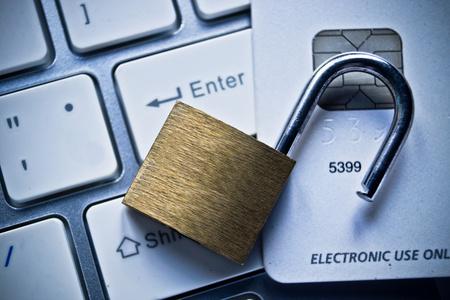 컴퓨터 키보드  신용 카드 데이터 도난 개념 신용 카드에 열려 보안 잠금