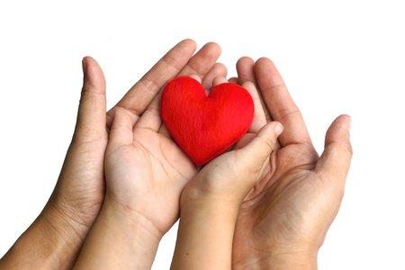 Mutter und ein Kind mit einem roten Herzen zusammen