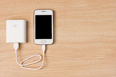 energia electrica: smartphone con un banco de potencia Foto de archivo