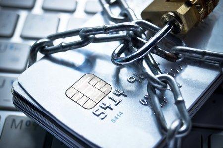 angekettet Kreditkarten-Sicherheitsschloss mit Passwort - Phishing-Schutz-Konzept Standard-Bild