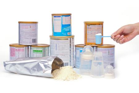 Mutter Vorbereitung Pulvermilch für das Baby mit verschiedenen Marken von Milchpulver Hintergrund