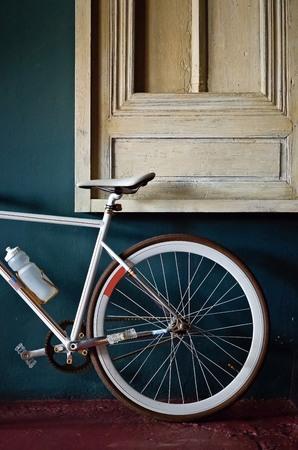 clavados: rueda trasera de una bicicleta fija del engranaje de fondo