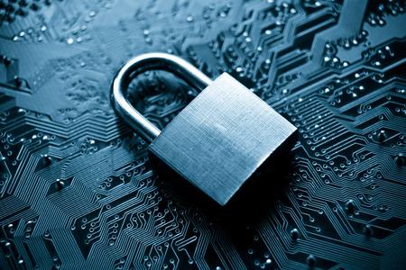 Sicherheitsschloss auf Computer-Platine - Computer-Sicherheitskonzept Standard-Bild