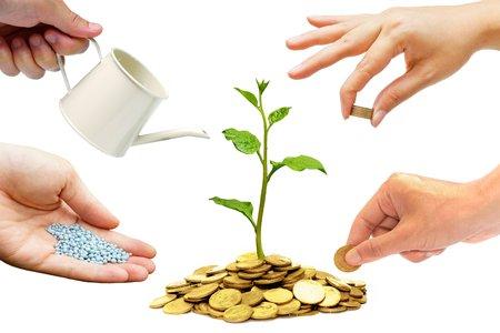 Hände helfen, das Pflanzen von Bäumen wachsen auf Münzen zusammen - Gebäude Geschäft mit csr und Ethik