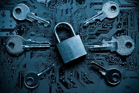 ein Sicherheitsschloss auf einer Computer-Platine mit den Tasten umgeben / zufälliges Passwort-Hacking-Konzept