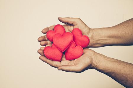 Hand des älteren weiblichen Holding roten Herzen