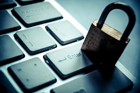 veiligheidsslot op zwart toetsenbord van de computer - computer veiligheidsconcept