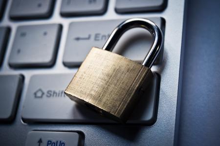 virus informatico: cerradura de seguridad en el teclado del equipo negro - concepto de seguridad inform�tica Foto de archivo
