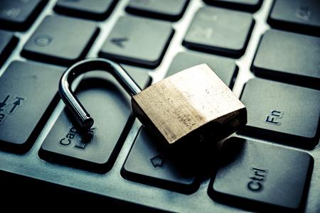 tecnolog�a informatica: cerradura de seguridad abierta en el teclado de ordenador - concepto violaci�n de la seguridad inform�tica Foto de archivo