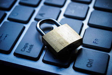 teclado: cerradura de seguridad en el teclado del equipo negro - concepto de seguridad inform�tica Foto de archivo