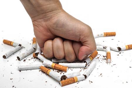 männliche Hand zerstören Zigaretten - Rauchen aufhören Konzept