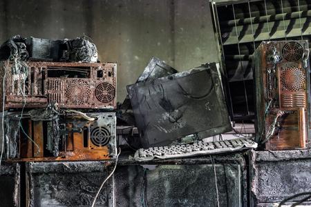 Personal computer verbrand als gevolg van elektriciteit kortsluiting - Bedreiging van computer hardware-concept
