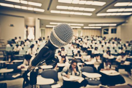 Ein Mikrofon mit Unschärfe Hintergrund vieler Studenten lernen Standard-Bild