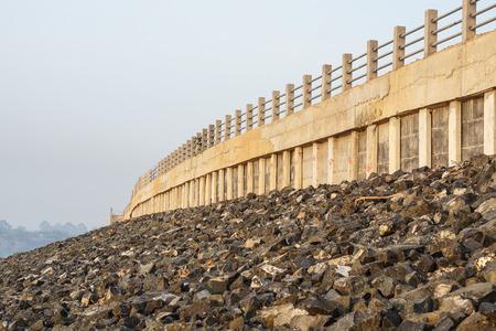 derrumbe: La construcción de la orilla del río para evitar el colapso de ribera Foto de archivo
