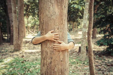 Mann umarmt einen großen Baum Liebe Natur-Konzept Lizenzfreie Bilder