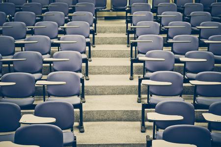Eine leere großen Hörsaal der Universität Klassenzimmer
