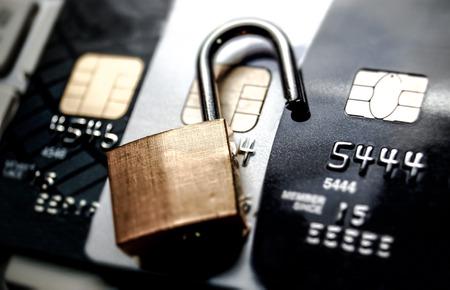 Kreditkartendaten Sicherheitsverletzung Datenentschlüsselung auf Kreditkarten-Konzept Standard-Bild