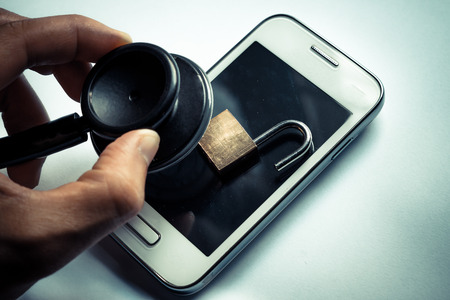 ヘルスケア: 聴診器を使用してスマート フォン システム - スマート フォンのコンセプトにセキュリティのチェックを確認する手します。