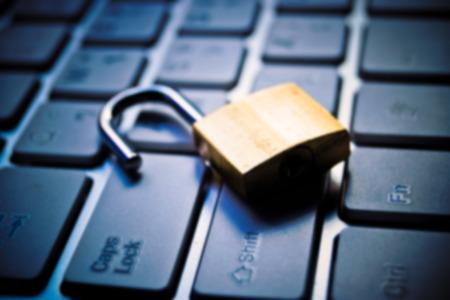 teclado: Fondo borroso abstracta de un cierre de seguridad en el teclado del ordenador - concepto de violación de la seguridad informática