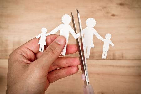 cadena rota: Tijeras de corte de corte de papel de la familia  concepto de familia Broken  divorcio