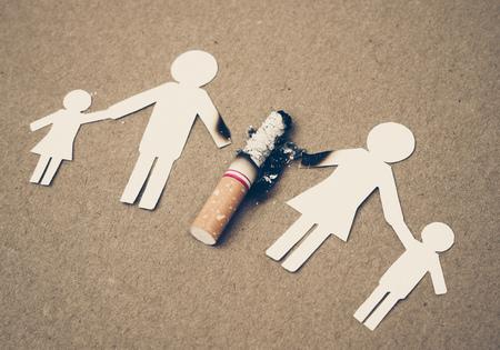 家庭剪纸被香烟/毒品破坏家庭观念/世界无烟日