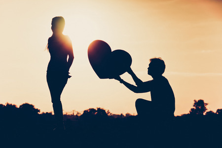 Mann, der eine Frau für die Liebe betteln um ein großes Herz zu geben