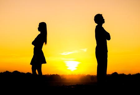 Silhouette einer wütenden Frau und Mann auf einander Beziehung Schwierigkeiten Paar brechen Standard-Bild - 49860423