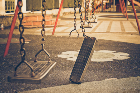 Broken chain swing in playground Banque d'images