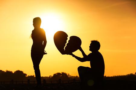 pareja enojada: Dif�cil amor y relaci�n de conceptos