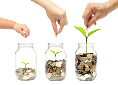Abuela, madre y bebé en la familia hacen verde aislado de la familia de dinero ahorro Va el concepto de ahorro de verde