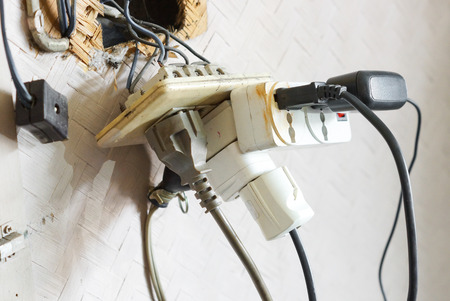 Te veel stekkers in het stopcontact  Gevaar voor het gebruik van te veel elektriciteit