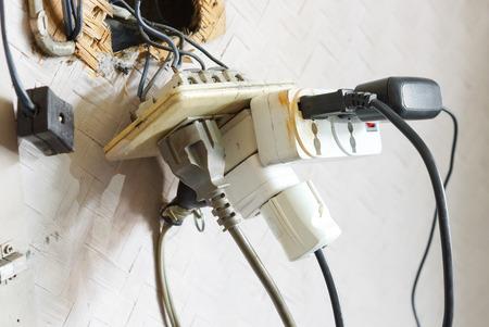 Zu viele Stecker in eine Steckdose / Gefahr von zu viel Strom aus Standard-Bild - 57284798