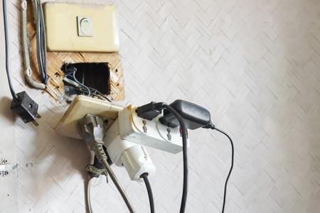 Te veel stekkers in het stopcontact / Gevaar voor het gebruik van te veel elektriciteit Stockfoto - 57284799