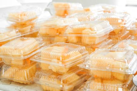 envases plasticos: Frutas en envases de plástico transparentes.