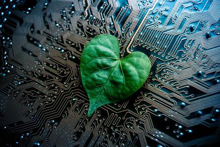 Una hoja verde con forma de corazón en una placa base del ordenador / verde / verde de TI de computación / CSR / it ética