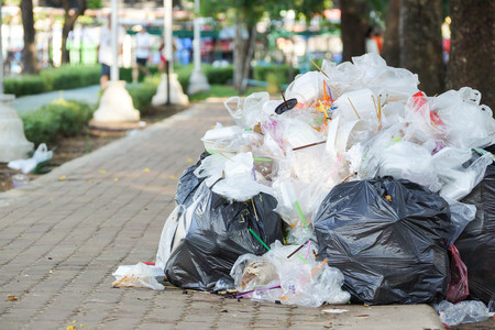 Een stapel vuilnis  afval en vuilnis wanbeheer begrip