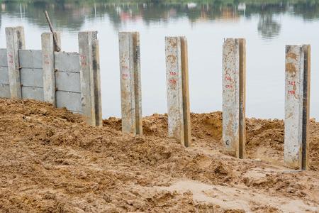 derrumbe: La construcción de la orilla del río para evitar el colapso de prevención de colapso de ribera  orilla del río