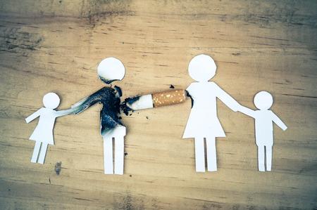 Papierschnitt Familie von Zigaretten / Drogen zerstören Familienkonzept / Weltnichtrauchertag zerstört Mitglieder
