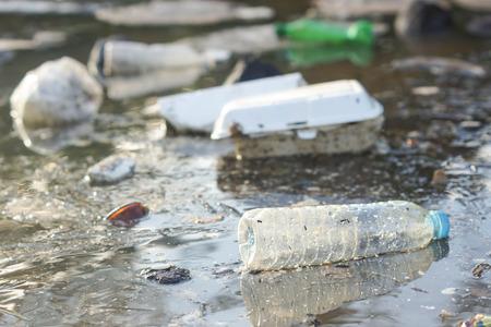 Watervervuiling - plastic en schuim afval drijvend op het oppervlak van de rivier - Environmental probleem wordt veroorzaakt door menselijke activiteit Stockfoto