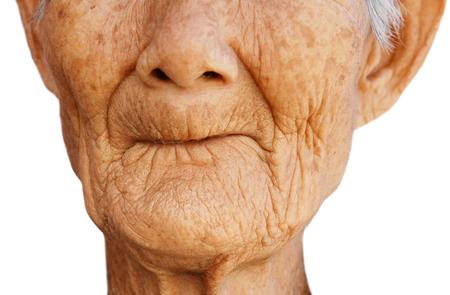 이빨없는 입으로 여성 노인의 근접 촬영